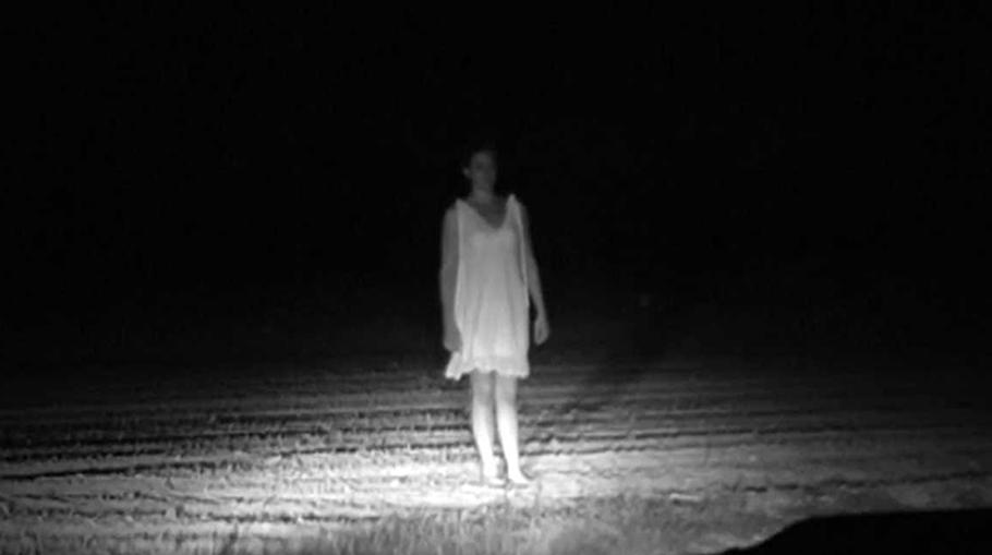 Fantoma unei fetiţe într-un cimitir
