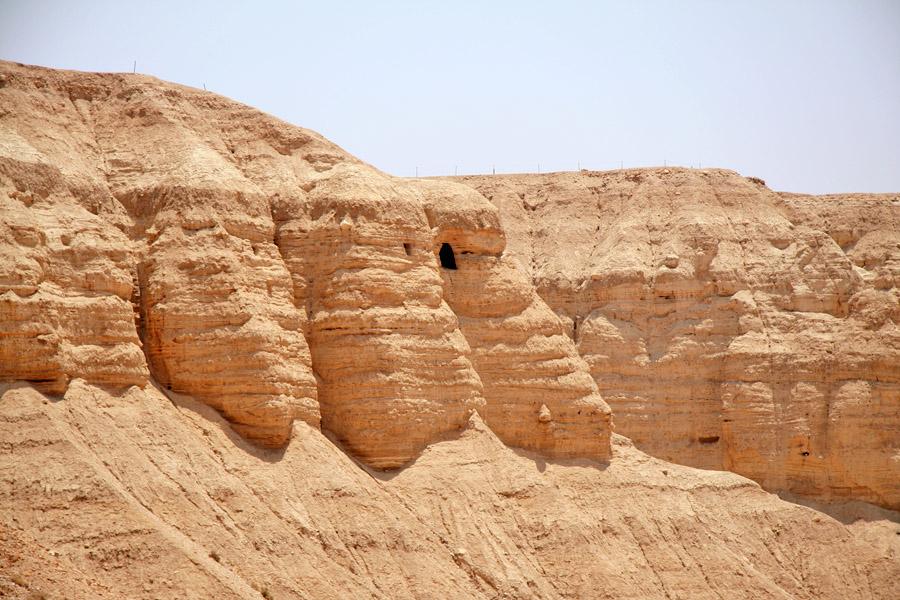 Peşterile de la Qumrân. Foto de Tamarah, sursa Wikipedia.