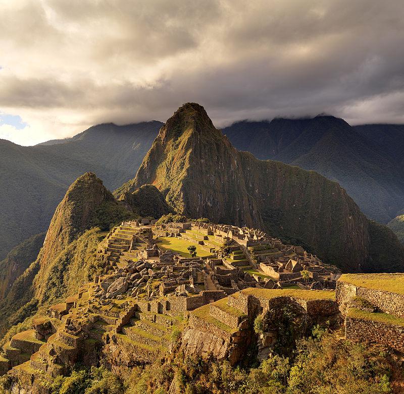 The Macchu Picchu, a UNESCO World Heritage Site near Cusco in Peru, at twilight. Foto de Martin St-Amant, sursa Wikipedia.
