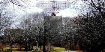 AN/FPS-35 radar dish at Camp Hero State Park, Montauk, NY. Foto Nojo13, sursa Wikipedia.