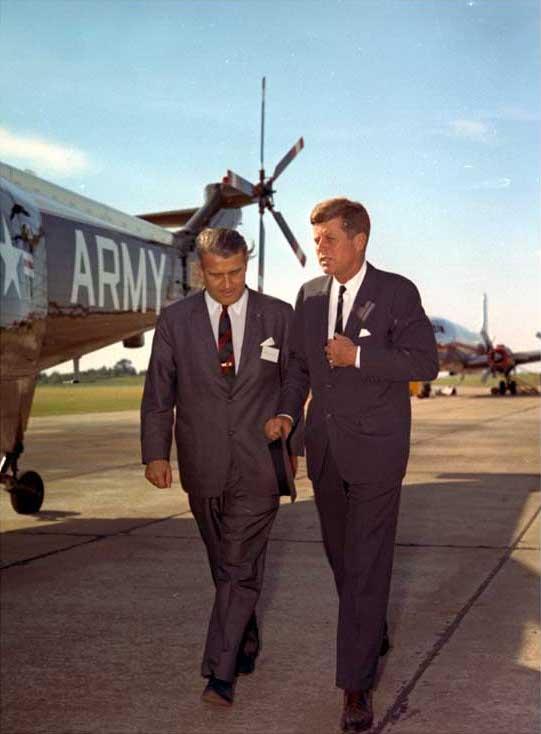 Kennedy cu Von Braun. Sursă The Dr. Wernher von Braun Photograph Collection, NASA, Wikipedia.