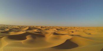 Deşertul saharian din Algeria fotografiat cu dronă de Fiontain în octombrie 2014, sursă Wikipedia.