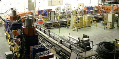 Accelerator de antiprotoni, CERN. Sursa foto just your average backyard low energy anti-proton accelerator, autor Tom Purvers, Toronto, Canada. Sursa Wikipedia.