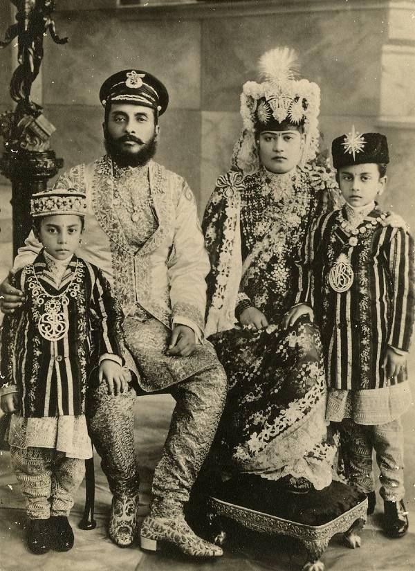 Aristocratul Chandra Shamsher Jung Bahadur Rana şi familia lui în 1900. Sursă Wikipedia.